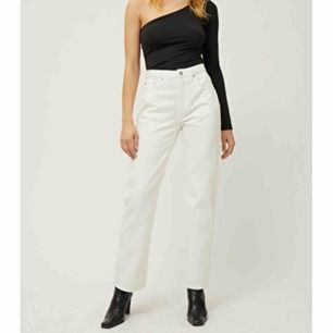 """Vita jeans från Weekday i storleken 29/30, i modellen """"voyage"""". Knappt använda då de är för stora för mig. De är precis som nya och dem är såå vita de kan bli."""