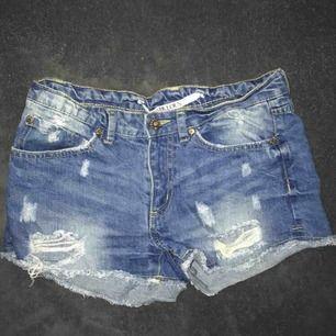 """Jeansshorts med slitningar! Vet inte vad de är ifrån men står """"fabulous"""" på lappen. Storlek M men skulle säga att den sitter som en XS/S 💓 säljer pga att de är för små"""
