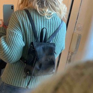 Liten skinn-ryggsäck som är vintage och väl-använd, därav billigt pris. Frakt : 42kr