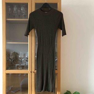 Stretchig klänning som man kan se på andra bilden litegrann. Färger är grön/lite glittrig