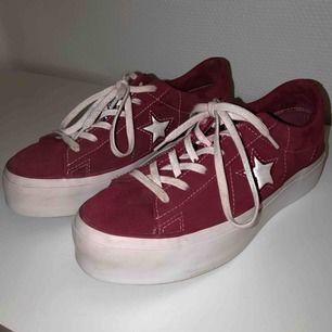 Säljer minaConverse One Star Platform Ox skor. Ordinarie pris 900kr. En viss missfärgning vid snörena från den röda färgen på skon. Även en aning stor i storleken, skulle därför säga att de också är i storlek 40. Möts upp i stockholm! 💋