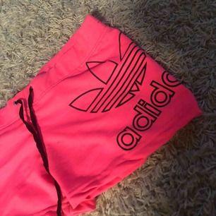 Säljer ett par jätte fina adidas shorts, väldigt sparsamt använd så i jätte fint skick:) 50kr