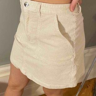 En fin vit/beige manchester kjol från monki Nypris: 249 säljer för 90kr. Frakt tillkommer
