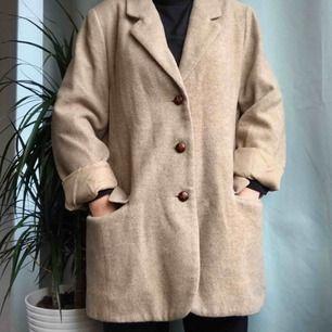 Stilig och söt kappa med knappar.  Frakt: +40kr. Buda gärna!