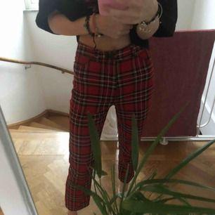 Rutiga byxor, ja har 24 i midjan och de passar mig bra! Är 170cm, frakten är exkluderad✨