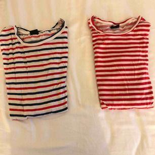 Två randiga tröjor från Gina. Frakt 42kr. Finns ett hål i den blå röda vita randiga tröjan som ni ser på bilden