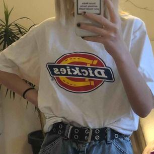 Vit dickies tröja köpt på Urban outfitters för 399kr (tror jag). Säljer för 175kr + 50kr frakt. Storlek M men passar även mindre storlekar om man vill ha den oversized! Aldrig använd! 🥰