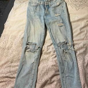 Fina mom jeans med slitna hår vid knän. Ej strukna på bilden. Nypris: 300 säljer för 100kr. Frakt tillkommer