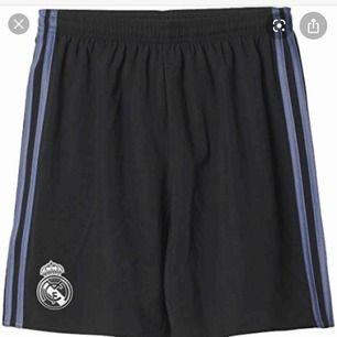real madrid shorts från spanien storlek m mendu har på dig xs/s och som vill ha lite lösa shorts så passar dom här dig jag själv har haft på mig dom några gånger  jag har på mig storlek xs men dom passar mig bra