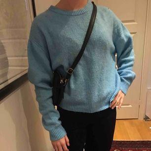 En helt ny stickat tröja från hm som är ljusblå<3