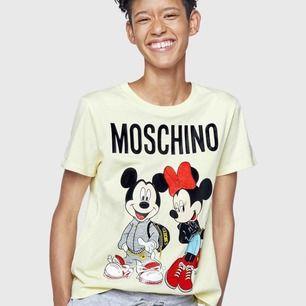 Säljer min moschino x hm disney t-shirt, helt oanvänd! Swish och frakten ingår!