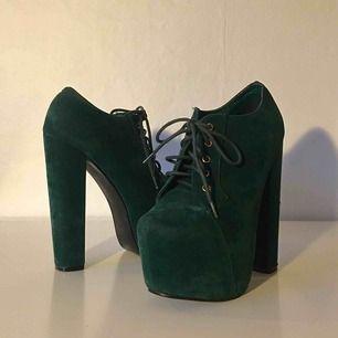 Unika gröna boots med hög klack! Endast använda inomhus och i väldigt bra skick. Står storlek 39 på, men skulle säga att det mer är 38