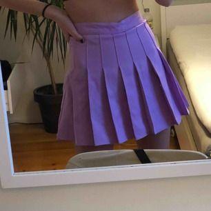 Lila tenniskjol i storlek XS. Köpt för 200kr säljer för 50kr+30kr frakt. Helt ny så är aldrig använd!