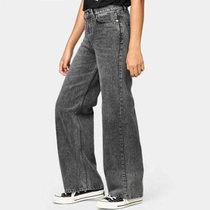 Helt nya Junkyard wide leg jeans i authentic grey. Strlk 26 men de är små i storleken.