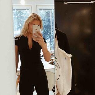 Omsydd klänning från Club L till topp. Perfekta lilla svarta!