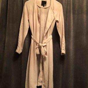 En beige trenchcoat, knappast använd, utan har legat i garderoben väldigt länge. Frakt tillkommer ✌🏼