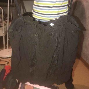 jätte fin linne använts bara 1 gång men är i jätte bra skick kan skicka bättre bilder privat köpts från hm
