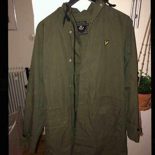 Grön kappa från Lyle & Scott, fint skick, lite skrynklig men så fort man stryker den så blir den riktigt snygg. Den är i storlek S men känns mer som M.