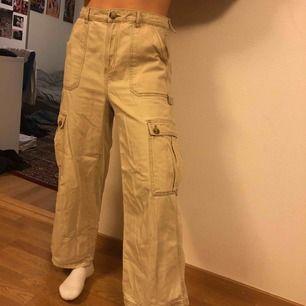 Väldigt fina byxor från Urban outfitters BDG, som det syns på sista bilden har en sån skärp ögla lossnad men funkar med skärp ändå och går att sy annars. Frakt tillkommer elelr så kan jag mötas upp i Lund.