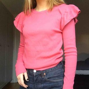 Rosa ribbad tröja med detaljer på axlarna från NA-KD. Stretchigt material. Passar XS-M. Frakt tillkommer eller så kan jag mötas i Stockholm ✨