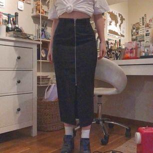 Säljer denna super snygga svarta kjolen med lång dragkedja längs framsidan. Storlek 36/S sitter tajt vid rumpan men inte längs benen. Jag är 1,63 som referens. Frakt är inräknat i priset. 🌸
