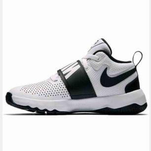 Fina vita och svarta basketskor från Nike! Strl 37,5! Ny pris runt 350kr tror jag, Säljer då dom inte är min storlek längre:( funkar toppen!! har egna bilder oxå om man vill se👍