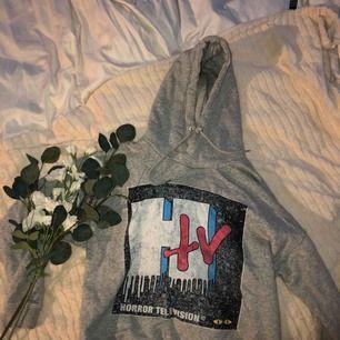 Snygg hoodie i mjukt material, grå i färgen. Sitter till byxorna ungefär så den är lite croppad i modellen. Frakten är inräknat 💜
