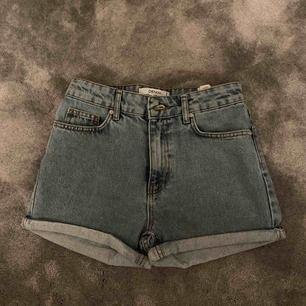 Jättefina shorts från chiquelle! Helt oanvända pågrund av att dom var för stora för mig. Nypris 400 kanske