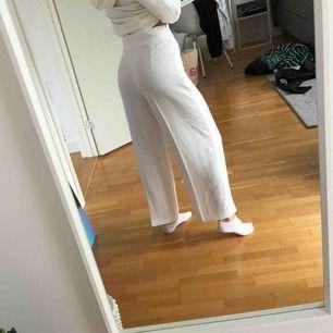 Vita raka byxor från Zara. Bra skick då de är knappast använda