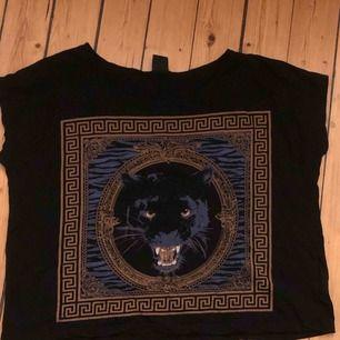 Häftig T-shirt från Gina Tricot med en panter och Versace inspirerat tryck 🌸