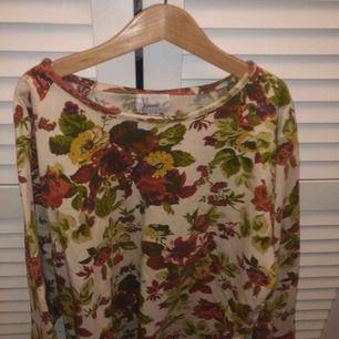 Fin blommig tröja från hennes collection i ett lite varmare tyg 🌸