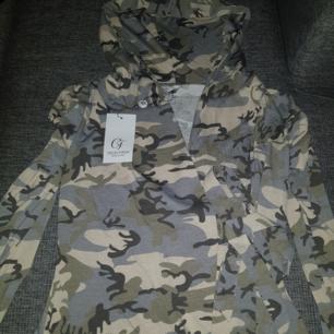 Omlott tröja camo med luva. Storlek M.köparen står för ev frakt.