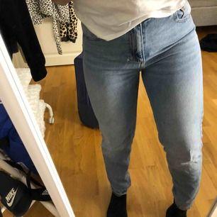 Säljer mina älskade MOM - jeans från Lager 157! Säljs pga för små och kommer ej till användning längre! 😢 Finns två små hål, ett vid gylfen som går att sy ihop och ett vid ena bakfickan! Inget som man tänker på när man har de på sig!💞