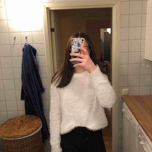 Snygg vit tröja i fint skick för 50 kr. Inköpspris 200 kr från H&M. Jag tycker den är skön och den sticka inte det minsta! Färgen syns bäst på första bilden. Frakt tillkommer. 💕