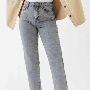 Sjukt snygga, populära mom jeans från Ginatricot! Säljer för 250 kr då jag endast använt dessa en gång. Lite stora i storleken så passar även er som har storlek 36. Möts helst upp