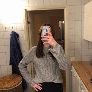 Snygg grå stickad tröja säljes för 30kr. Inköpspris 250kr från H&M. Den sticks lite, men jag har väldigt känslig hud, men det löses med en t-shirt under. Färgen syns bättre på första bilden. Frakt tillkommer. 😁❤️