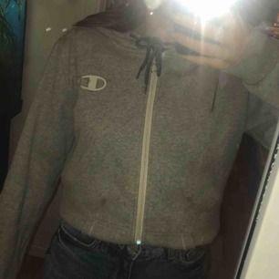 Jättefin kofta/ hoodie från Champion💞 Den är INTE fläckig det är bara min spegel. Däremot är den lite sliten på dragkedjan (bild 2).