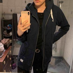 Lång hoodie från Liseberg - i princip oanvänd.  Min storlek: 32/34/36 - 160cm Köparen står för frakten Pris alltid diskuterbart