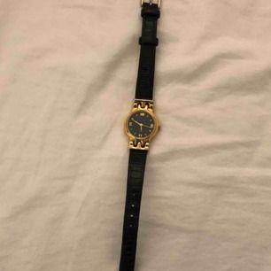 Vintage klocka från HALSTON ca 70 tal. 18K guldpläterad, croc läderarmband, batteridriven. Armled: 15-20 cm, diameter: 20 mm Fri frakt! 📦 Dm vid intresse/mer info 💕