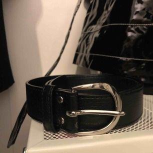 Imitation skinn bälte med silverfärgad spänne från H&M, dm för mer info/intresse 💕