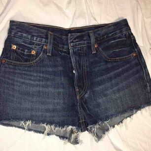 Helt oanvända högmidjade Levis shorts