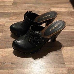 Graceland högklackad sko endast anv 2 ggr små i stl mer som en 37a. Svarta med mörkbrun sula. Liten skada på sulan.  Köparen står för frakt