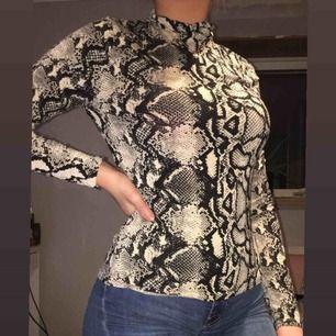 En långärmad snake tröja använts bara en gång