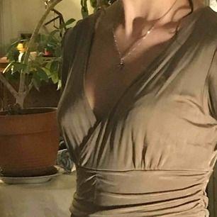 Super elegant klänning. Skimmeraktigt material. Älskar den men tyvärr sitter den lite löst i bysten. Pris kan diskuteras.  Möts upp på söder eller annan plats i stan :)