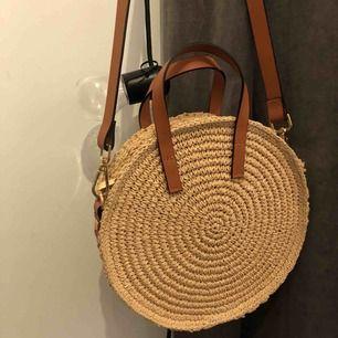 Rundstrå väska med avtagbar axelband. Perfekt för sommaren, denna har tyvärr aldrig använts. Frakt tillkommer 📦 Dm för mer info/intresse 🌟