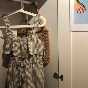 Helt oanvänd jumpsuit från Zara i superskönt linne material, perfekt att ha på sommaren 🌞 Orginalpris 399 kr men säljer för 125kr Dm för mer info/intresse 🌼