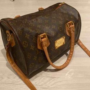 Säljer en helt ny loui väska en AA KOPIA jätte fint shick ser äkta ut