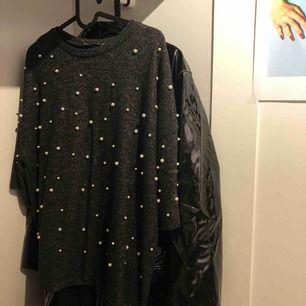 Mörkgrå sweatshirt från Zara med creme frägade pärlor i storlek S. Dm för mer info/intresse ☁️