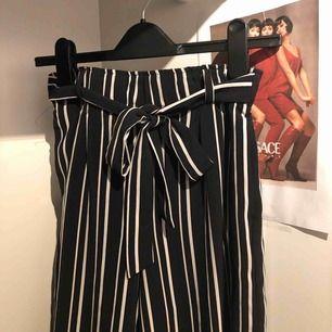 Randiga luftiga byxor i rakmodell i storlek S, med knytband vid midjan. Dm för info/intresse ✨