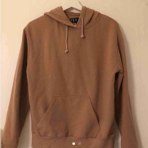 Säljer vidare en jättefin beige hoodie ifrån STAY som är köpt här på Plick men aldrig kommit till användning. Frakt tillkommer.